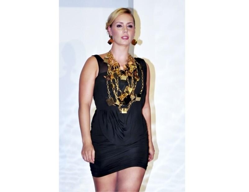 La ex modelo mexicana lució muy guapa al desfilar en la pasarela del diseñador de joyas Daniel Espinosa.