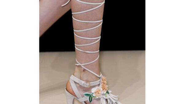 Las sandalias se alargan hasta las pantorrillas con tiras románticas al estilo gladiador. Son perfectas para complementar vestidos vaporosos, como lo hizo Alberta Ferretti en su desfile.