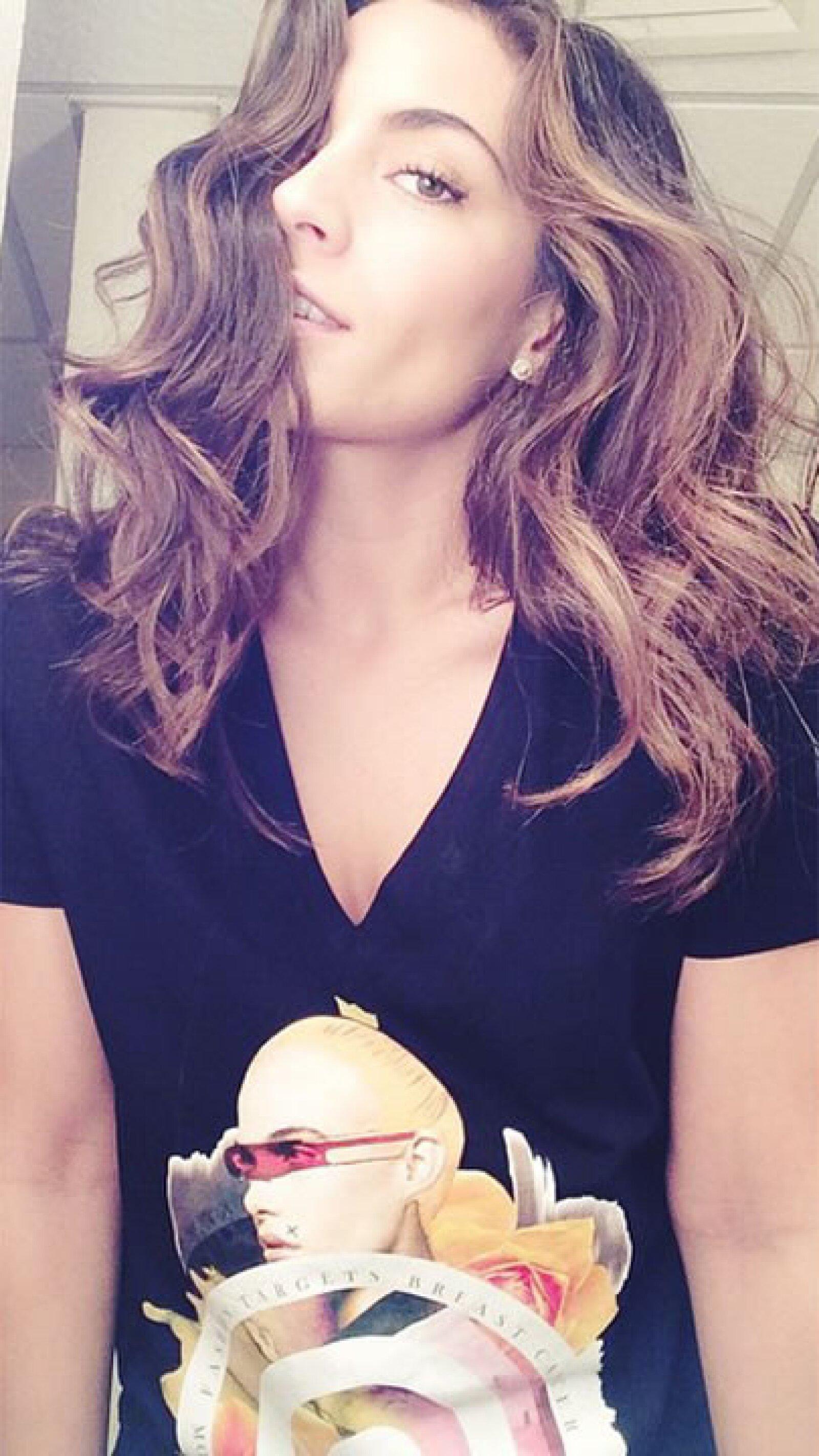 Ana Brenda contreras lució con mucho estilo su t-shirt con causa contra el cáncer de mama. `Fuck you cancer´escribió.