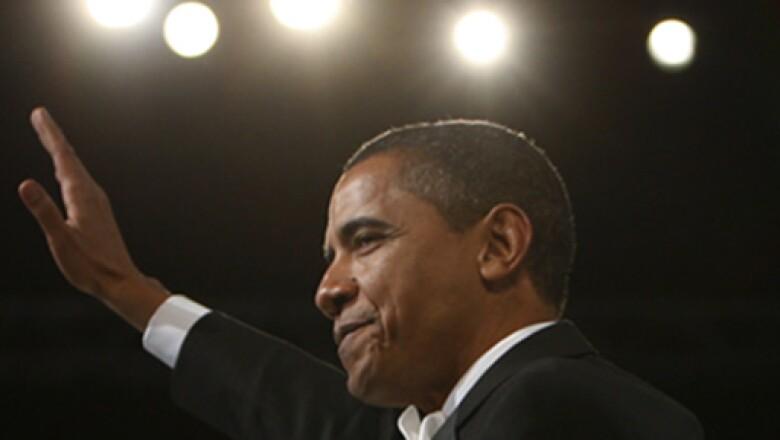 El presidente Obama saluda a la audiencia en la apertura del baile de una de las galas en honor de su toma de posesión el martes.