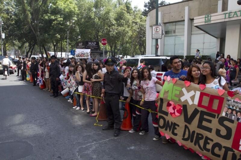 Miles de jóvenes esperan por la llegada de la agrupación en las afueras de un hotel en Paseo de la Reforma.