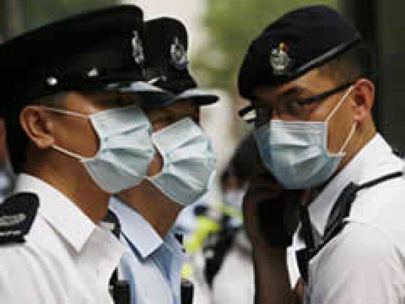 La policía china vigila el hotel donde se tiene confinados a mexicanos que viajaron a esa nación. (Foto: Reuters)