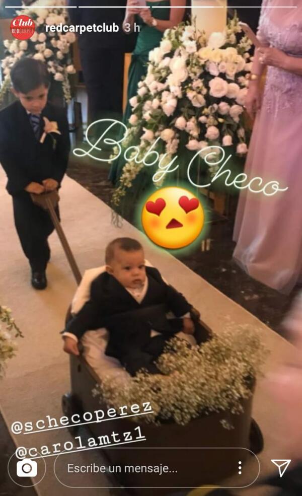 El pequeño Sergio saliendo de la iglesia tras la boda de sus papás