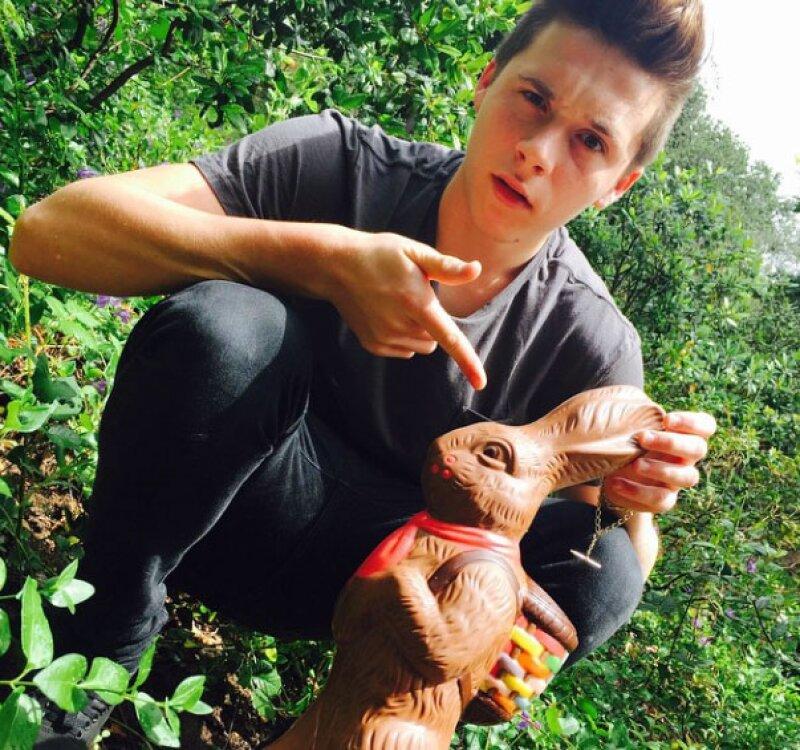 Brooklyn Beckham encontró este gran conejo de chocolate en su jardín.