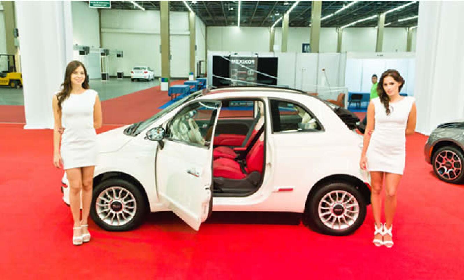 El fabricante Italiano FIAT presentó al mercado mexicano una nueva variante de su icónico 500: un descapotable con toldo de lona totalmente eléctrico que corre sobre los marcos de las puertas y los postes C permanecen inalterados, por lo que no se trata d