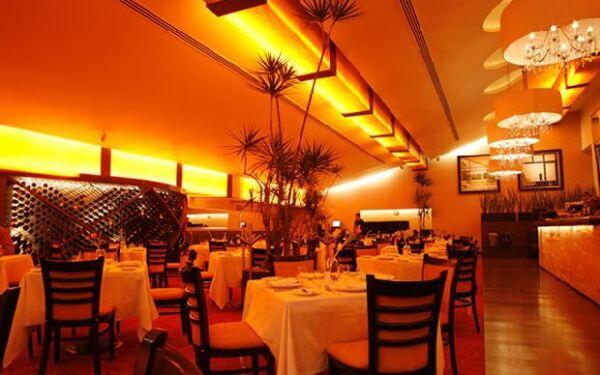 La iluminación con tonos naranjas da calidez y sofisticación.