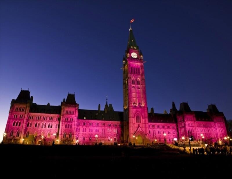 El Parlamento de Canadá también fue iluminado con la luz rosa que Hurley y Lauder han llevado con su campaña.