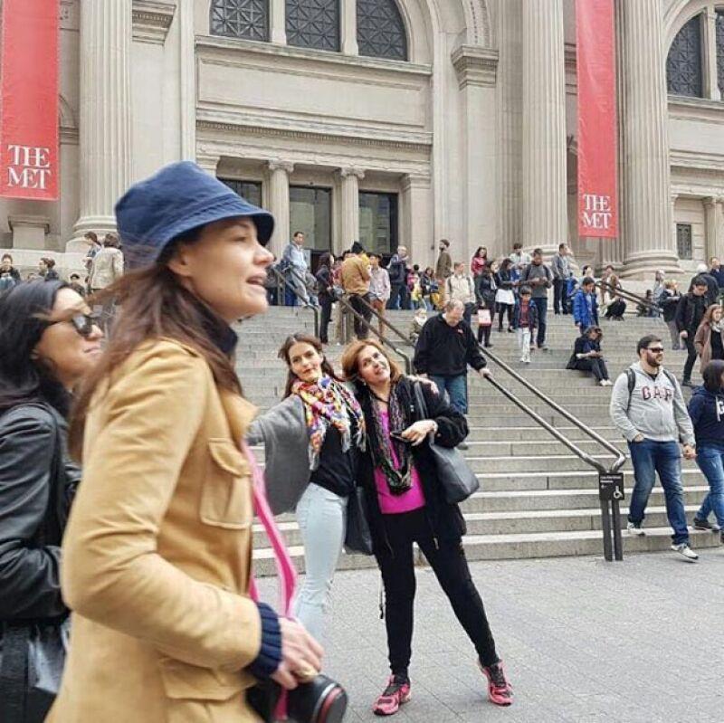 El photobomb de Katie Holmes en la foto de Claudia Álvarez.
