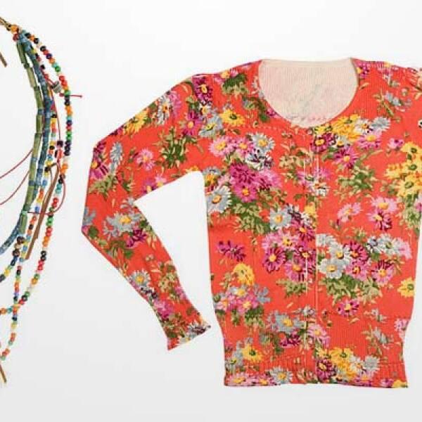 También fusiona en sus prendas tonos naranjas para combinar con accesorios como este collar de joyería de fantasía.