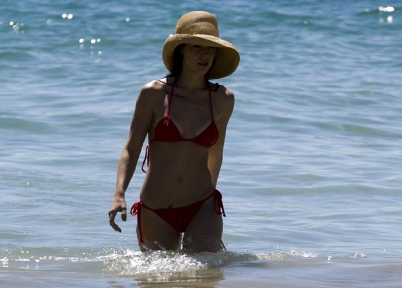 Un diminuto traje de baño de dos piezas complementado con un sombrero bastó para dejar a los presentes con la boca abierta.