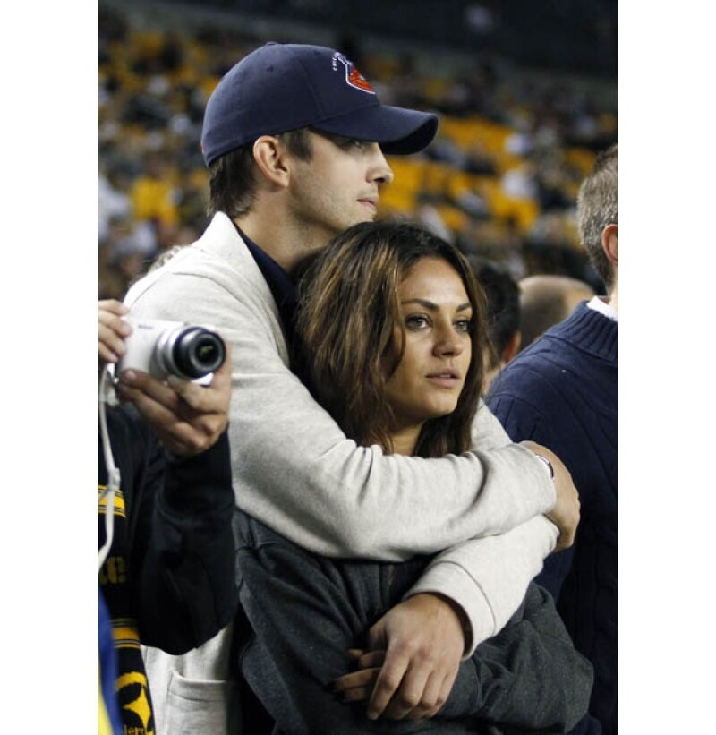 La revista US Weekly dio a conocer -a días de que Ashton se divorciara oficialmente de Demi Moore- que fue en agosto de este año que le propuso matrimonio a su novia Mila Kunis.
