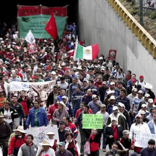 Una vez más, el Sindicato Mexicano de Electricistas amenaza con paralizar la ciudad; este viernes 4 de diciembre marchará por las principales avenidas y tomará, de nuevo, algunas dependencias.
