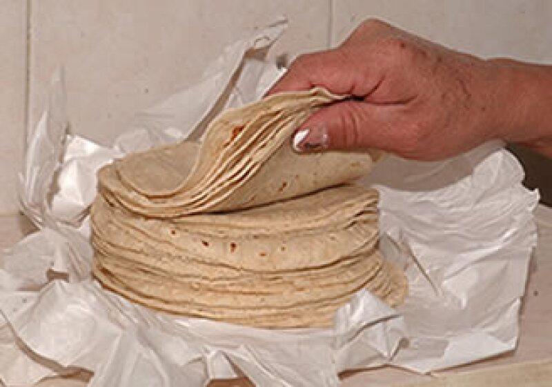En la nueva canasta básica la tortilla se divide en el grupo de maíz y tostadas. (Foto: Notimex)