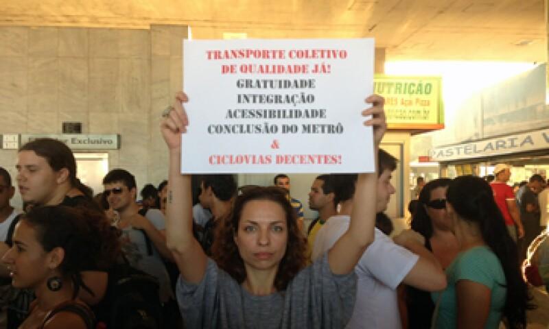 En respuesta a las protestas, el Senado discutió este miércoles un proyecto de ley para reducir los impuestos sobre el transporte. (Foto: AP)