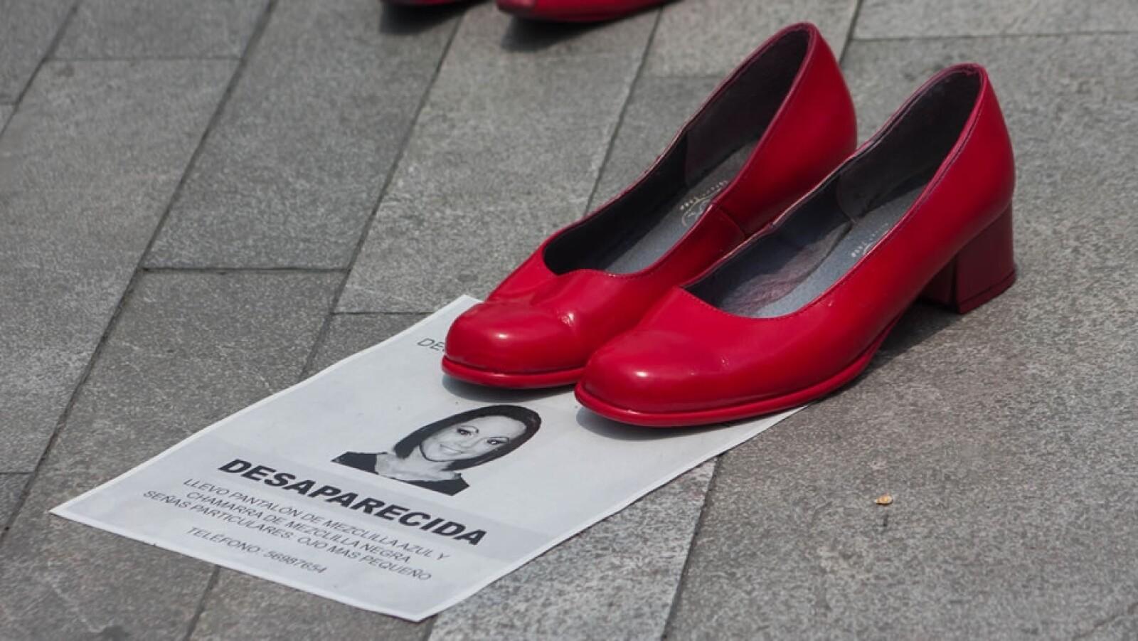 zapatos rojos fuera del palacio de bellas artes