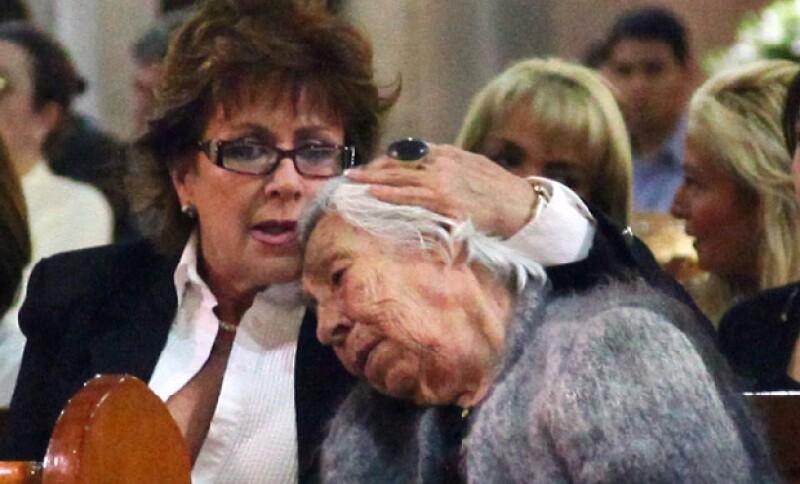Laura Zapata con su abuela, Eva Mange durante la misa en honor a Yolanda Miranda.