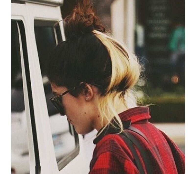 La guapa hija de Kris y Bruce Jenner no ha parado de hacer cambios a su apariencia en las últimas semanas. En esta ocasión sorprendió con esta peculiar forma de teñir su pelo.