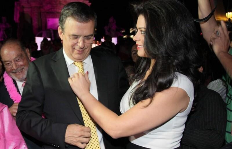 La guapa novia del jefe de Gobierno estuvo muy atenta de su pareja.