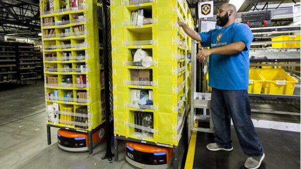 Los robots trasladan los productos hasta la línea de distribución donde personal humano selecciona el producto para que inicie su proceso de empaquetado