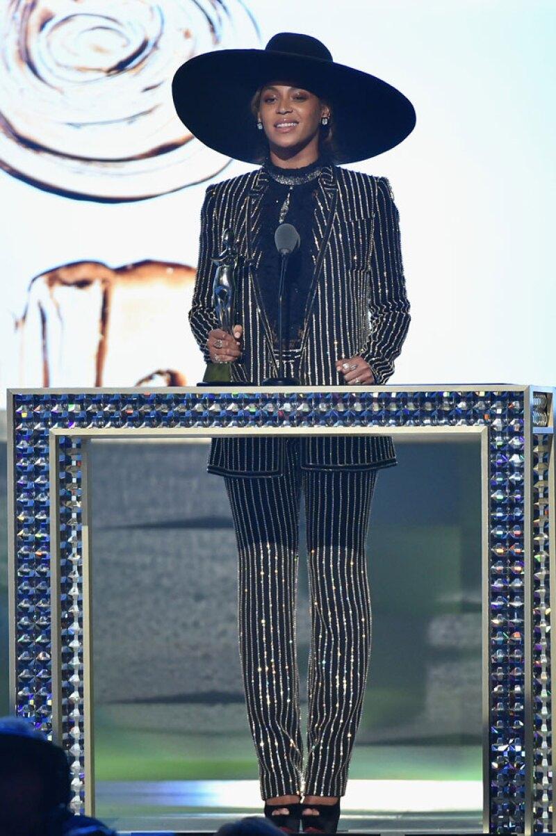 """Para recibir un premio a """"ícono de estilo"""", necesitas llevar un outfit de impacto; así que Beyoncé apostó por un costoso look para convertirse en el máximo ícono de estilo del 2016."""