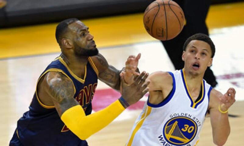 Curry (der) es un vocero para Under Armour, mientras LeBron lo es para Nike. (Foto: Reuters )