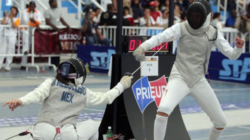 La esgrimista mexicana Melissa Rebolledo (izquierda) se enfrenta ante Luisa Lerch (derecha) en competencia de florete cadetes mayor en 2010