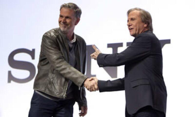 El CEO de Netflix, Reed Hastings (i), saluda al directivo de Sony, Michael Fasulo (d), durante la conferencia. (Foto: Reuters)