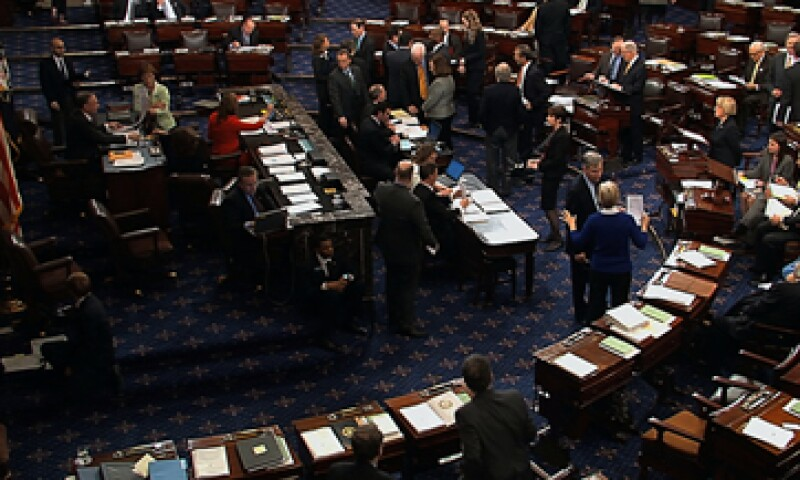 La votación se dio después de que los legisladores trabajaron toda la noche en decenas de enmiendas simbólicas. (Foto: AP)