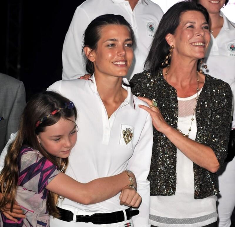 Carlota es la adoración de su hermana menor. Aunque no se ven mucho, siempre se demuestran afecto en público.