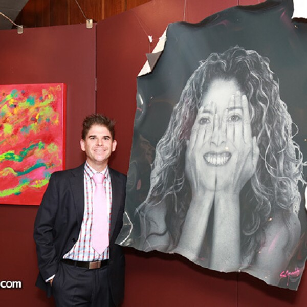 Mariano Moreno con su obra.