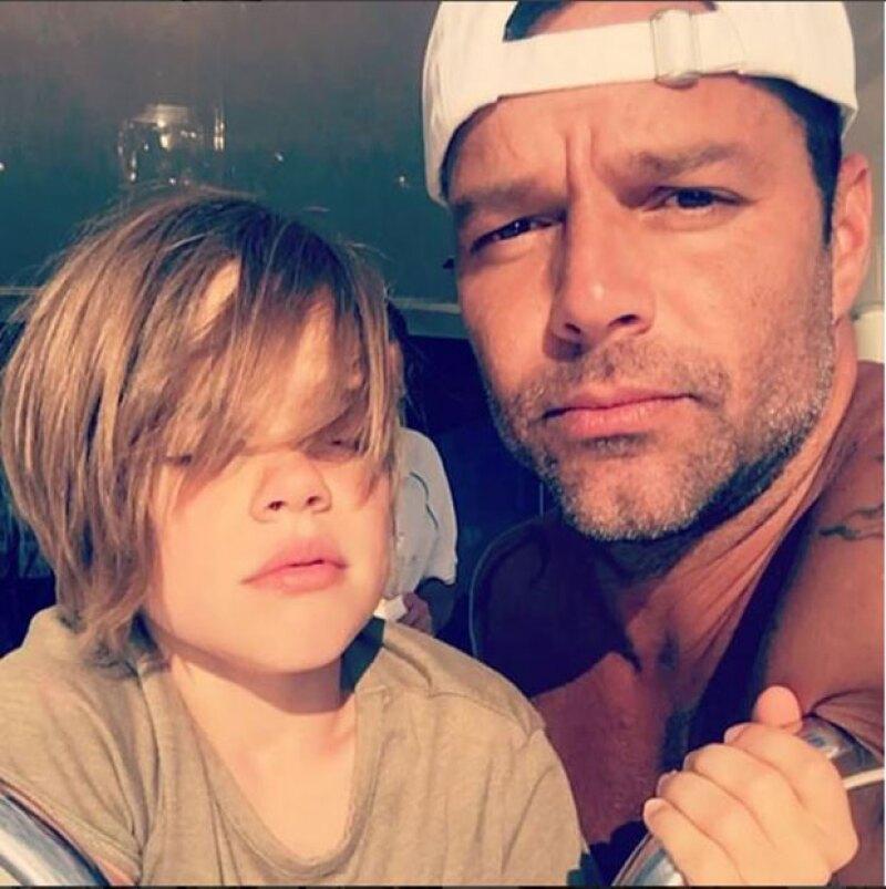 Matteo y Valentino están a punto de cumplir ocho años y cada día son más parecidos a su guapo papá; después de ver esta foto no te quedará duda de lo que decimos.