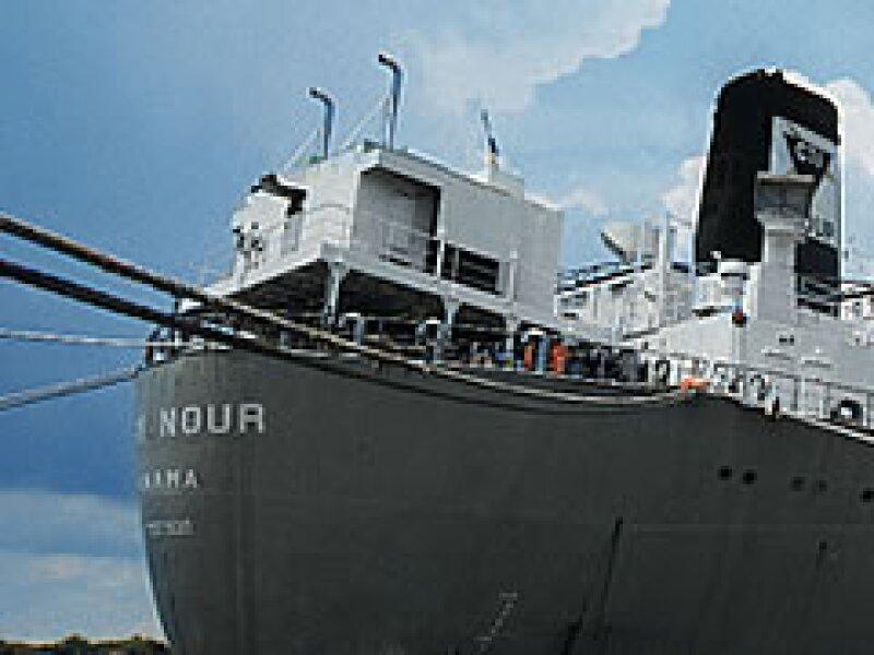 El buque Mary Nour, en el verano de 2004, mientras esperaba atracar en el puerto de Tampico. (Foto: Adán Gutiérrez)