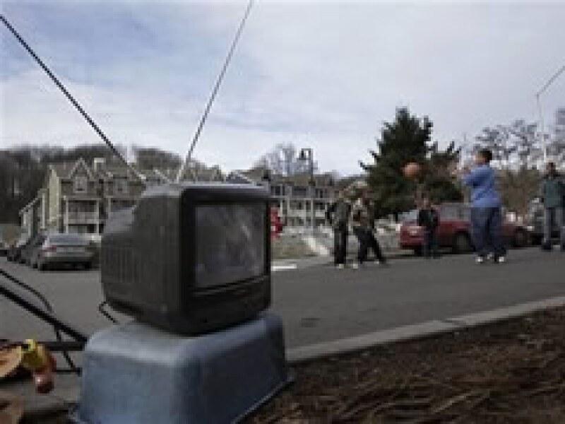 Se calcula que la entrada de la televisión digital dejará sin servicio a más de 1 millón de hogares en EU. (Foto: AP)