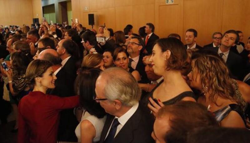Letizia se mostró muy sonriente al saludar a la comunidad española en México.