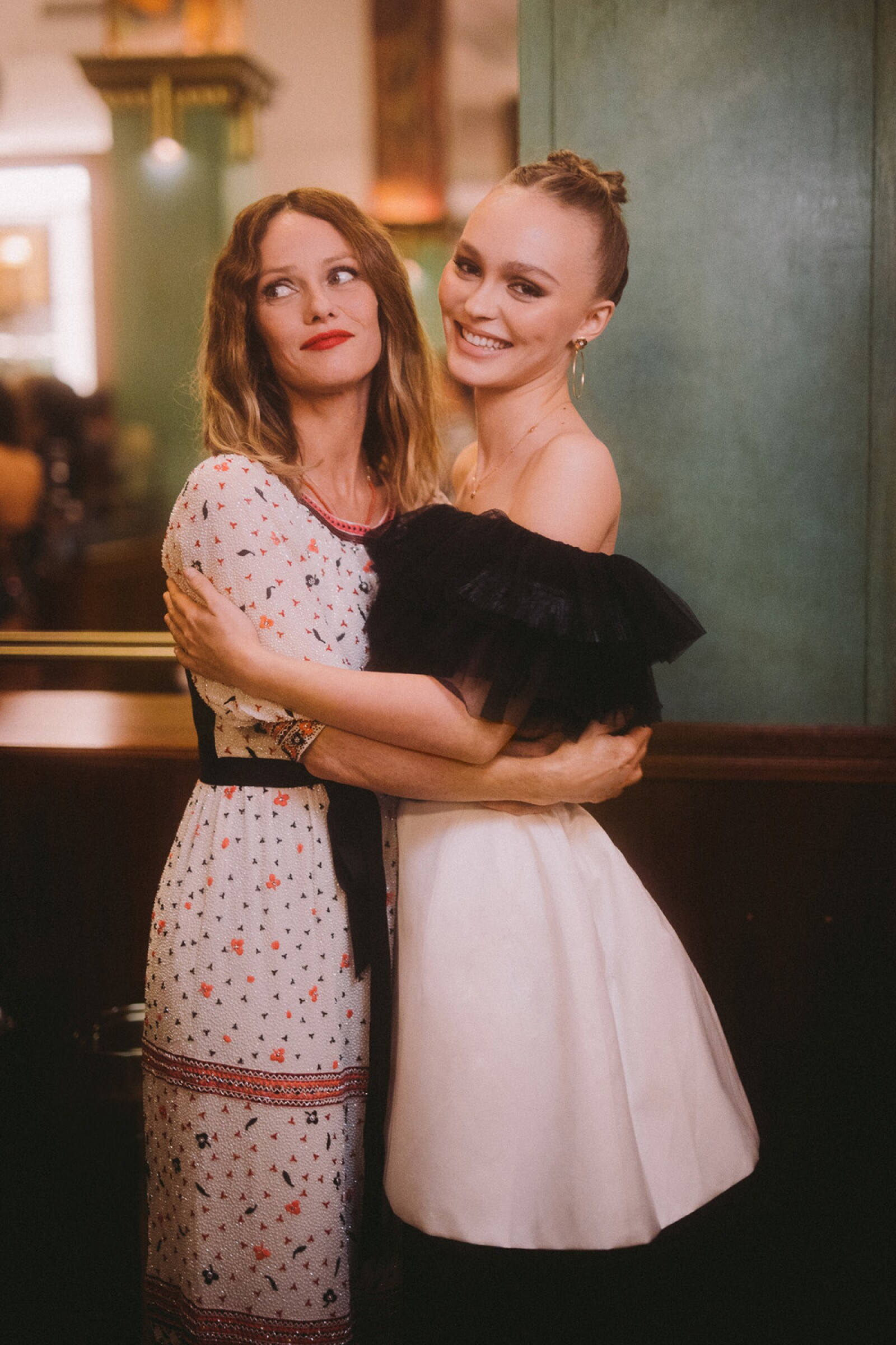 02_Vanessa_PARADIS_Lily_Rose_DEPP_CHANEL_Metiers_d_art_Show_2019_20_2_02.jpg