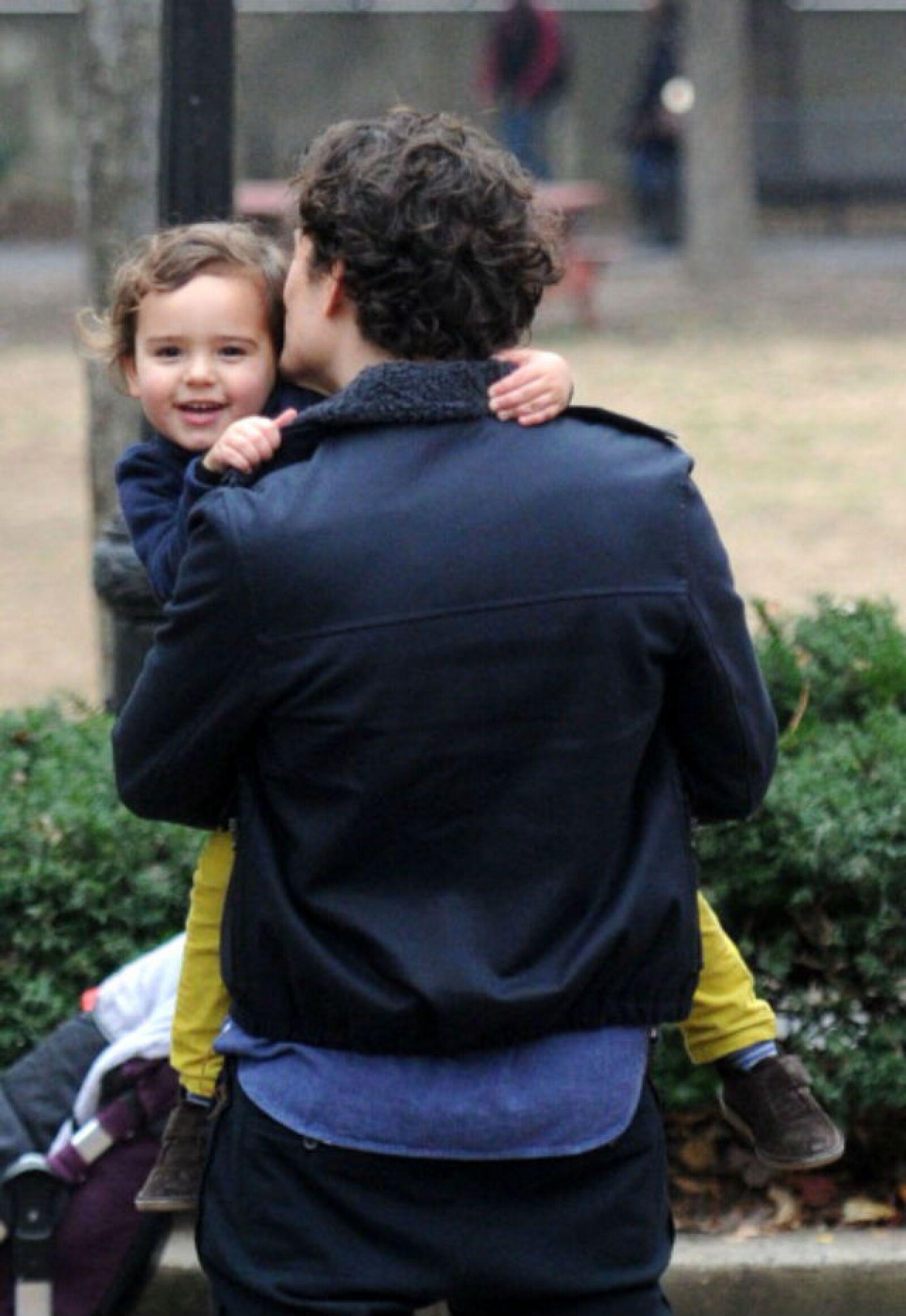 Flynn sonríe mientras papá Orlando le da un tierno beso.