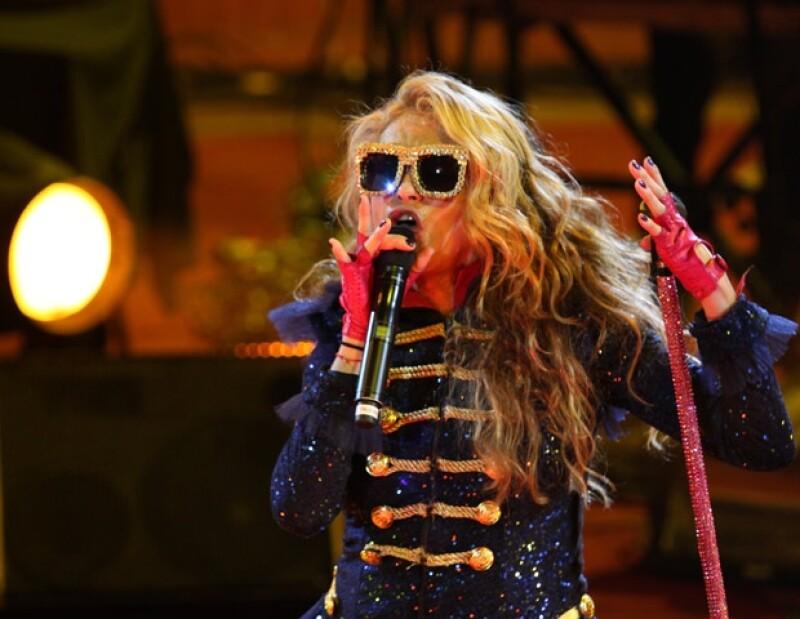 La cantante sufrió una cortada en la rodilla mientras cantaba; inicia el año con el pie derecho pues fue ovacionada en el Palenque de León por más de cinco mil personas.