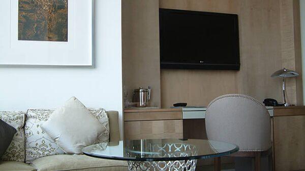 Cada cuarto tiene una televisión LCD de 42 pulgadas, reproductor de DVD, sistema de sonido, MP3 y un Headmaster touchscreen como sistema de control único.