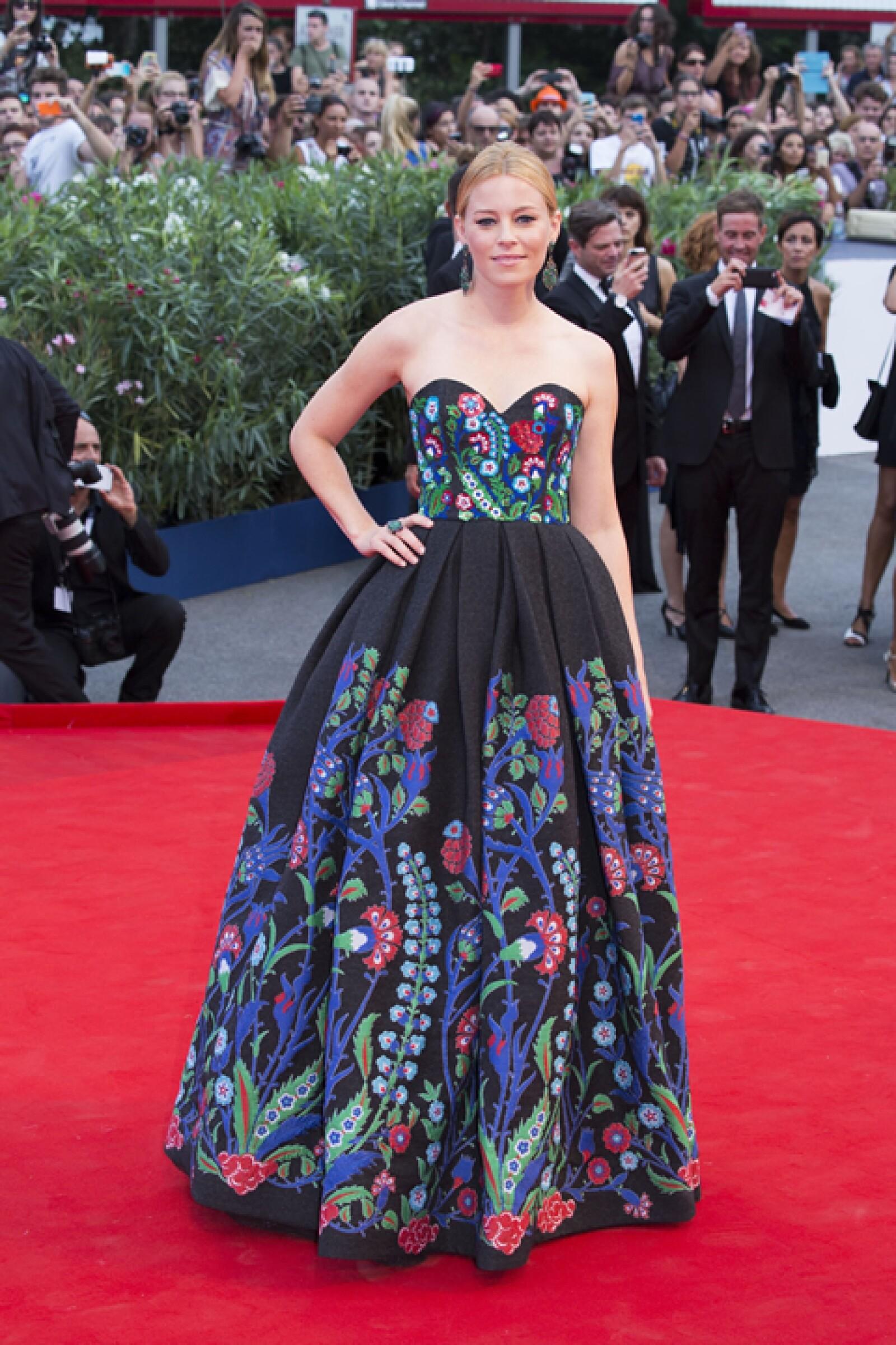 Elizabeth Banks lució espectacular durante la premiere de `Black Mass´con un vestido de Andrew Gn. Llevó aretes de esmeraldas de Brian Atwood para complementar el look.
