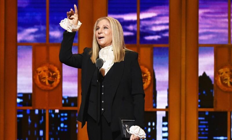 Defendiendo a los latinos y asegurando su voto por Hillary Clinton, la actriz y cantante dejó clara su postura frente al candidato republicano.