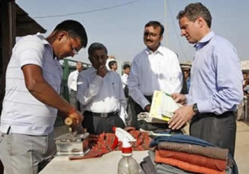 El titular del Tesoro platicó en India con un comerciante que plancha ropa al aire libre y es cliente de una firma bancaria móvil. (Foto: AP)