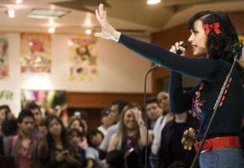 Apenas interpretó un par de canciones, pero fue suficiente para que 150 de sus fans quedaran complacidos .