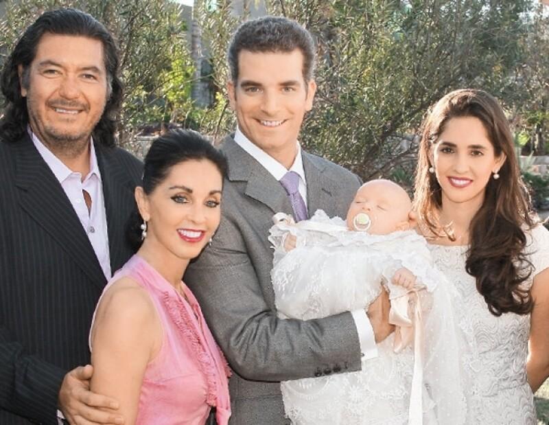 María Elvia en el bautizo de su nieto Jorge, la acompañan su esposo, Jorge Hank; su yerno, Marc Moret; y su hija Mara.