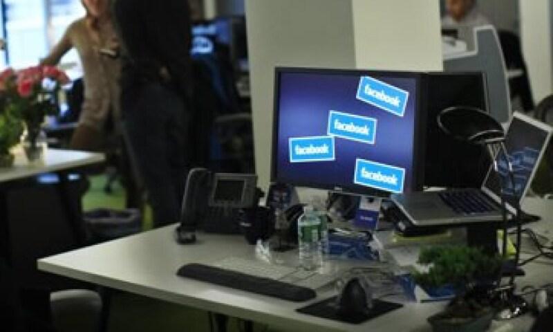 La muerte de Steve Jobs acaparó mayor atención en Facebook, pues en Twitter le dieron mayor tráfico a su renuncia como CEO. (Foto: Reuters)