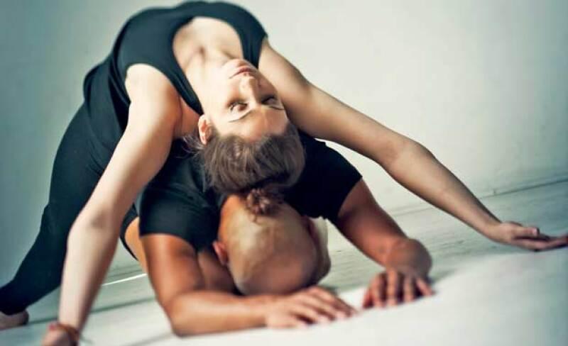 Practicar acompañado de tu pareja pareja puede traerte muchos más beneficios de los que te imaginas. Los maestros de Yoga Cloud te comparten 6 beneficios de practicar yoga en pareja.