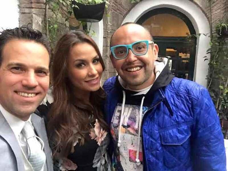 Mauricio y Carlos celebrando la llegada de Gia con Odalys.