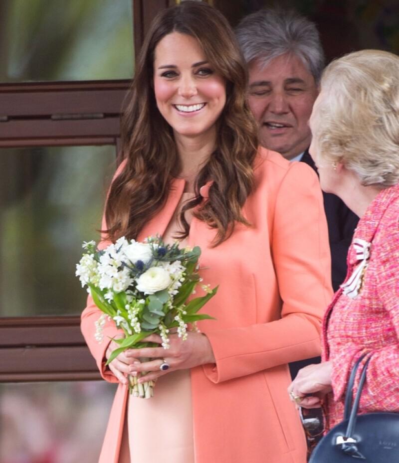 La gente regaló un ramo de flores a la duquesa.