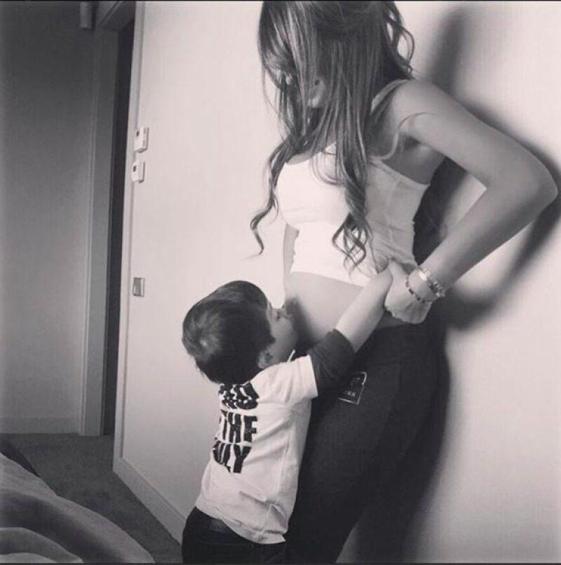 El argentino y su novia Antonella Roccuzzo están esperando a su segundo bebé y lo confirmaron con una tierna imagen en la que vemos a su hijo Thiago besando la pancita de su mamá.
