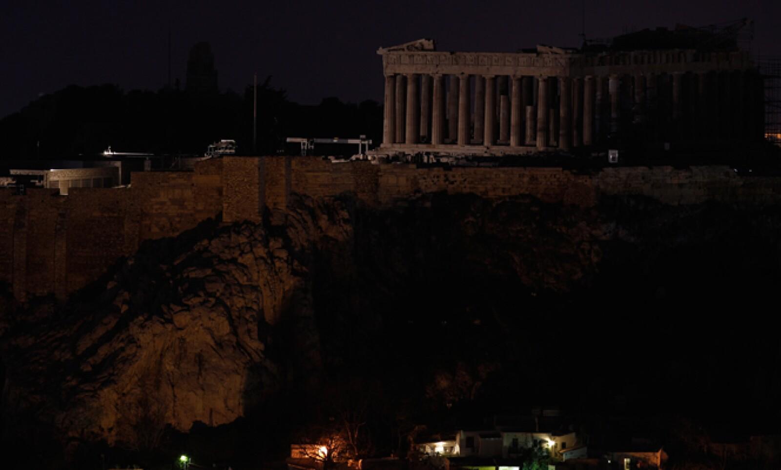 El Partenón, en la cima de la Acrópolis. Comunidades de todo el mundo quedaron a oscuras durante una hora.