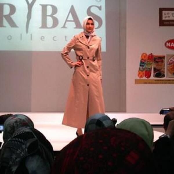 La combinación del abrigo y el el pañuelo en la cabeza se ha vuelto popular entre las mujeres conservadoras de Turquía